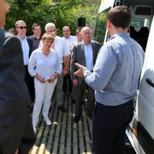Benedikt Krams (rechts im Bild) erläutert die technischen Eigenschaften des e-Bürgerbus (Foto: von Molo)